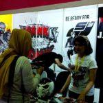 Tim FranKKomiK sedang menjelaskan beberapa produk di hari pertama Indonesia Comic Con